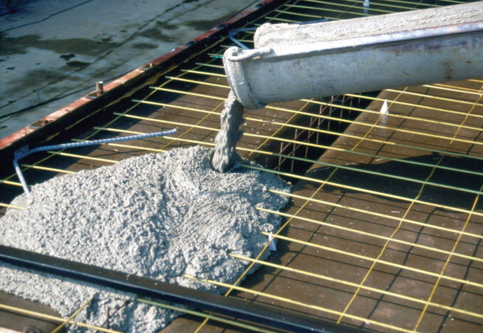 Добавки вводят в бетон