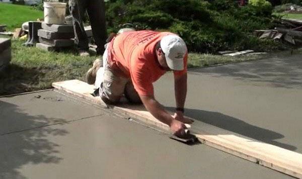 Выравнивание бетонной дорожки