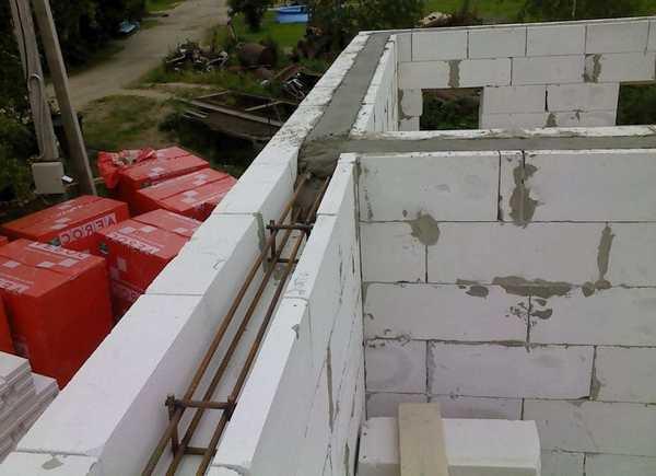 Пример устройства армирующего пояса при строительстве дома из пеноблоков