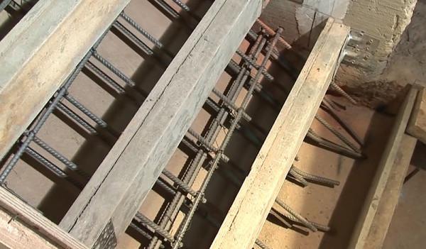 Арматуру устанавливаем определенным образом, соединяя металлические пруты гибкой проволокой и прихватывая сваркой на стыках