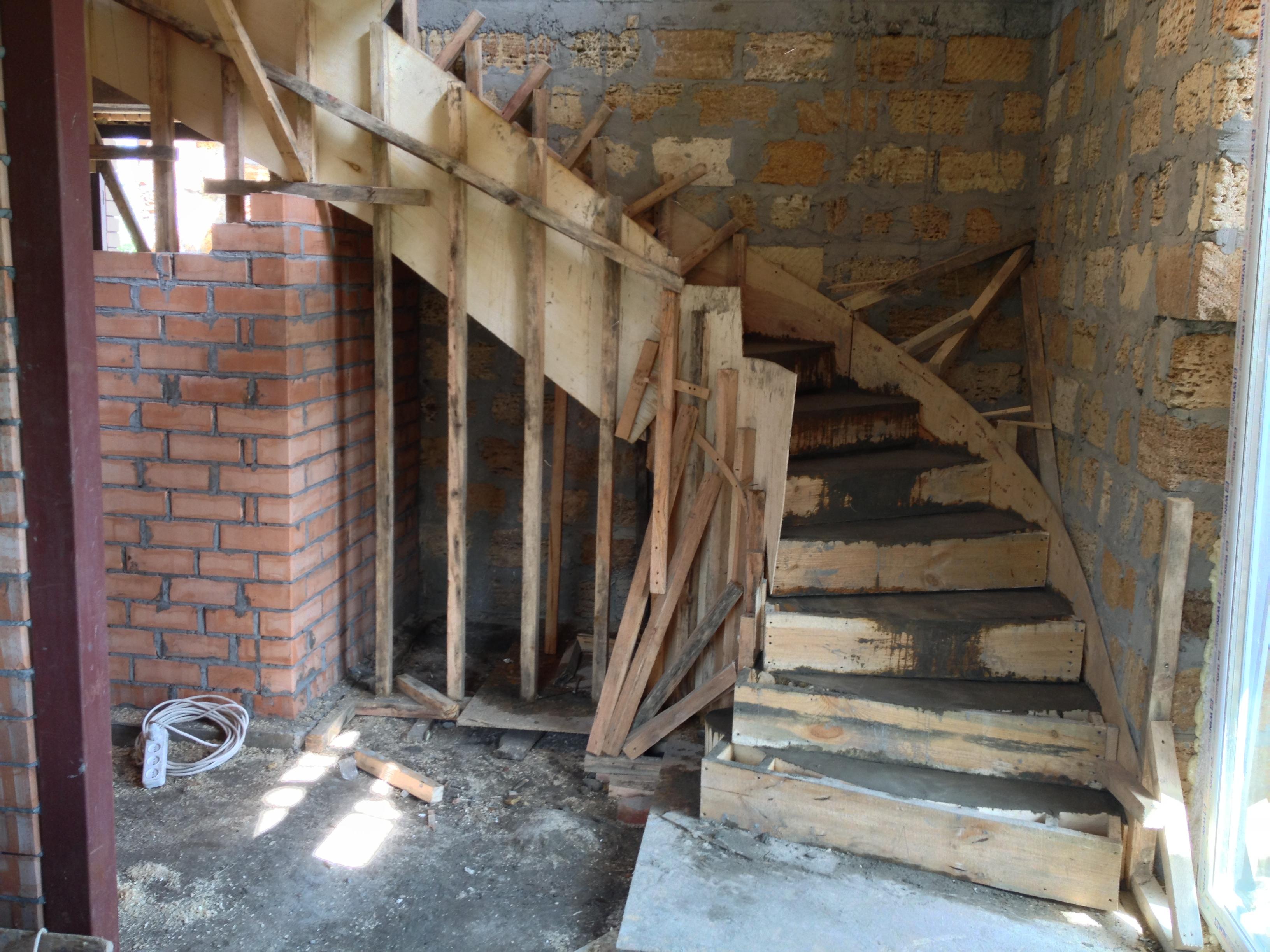 Заливку бетона следует начинать с верхних ступеней