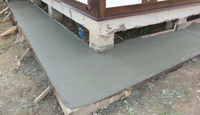 вариант бетонной отмостки