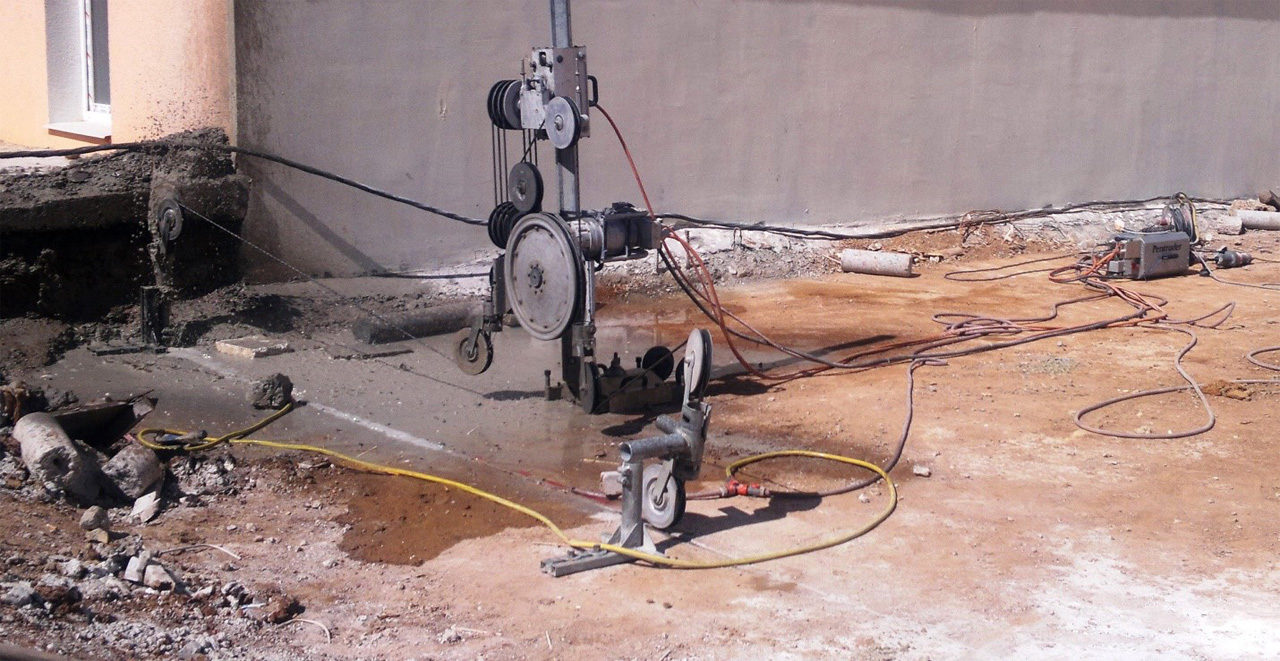 резка бетона канатным резчиком