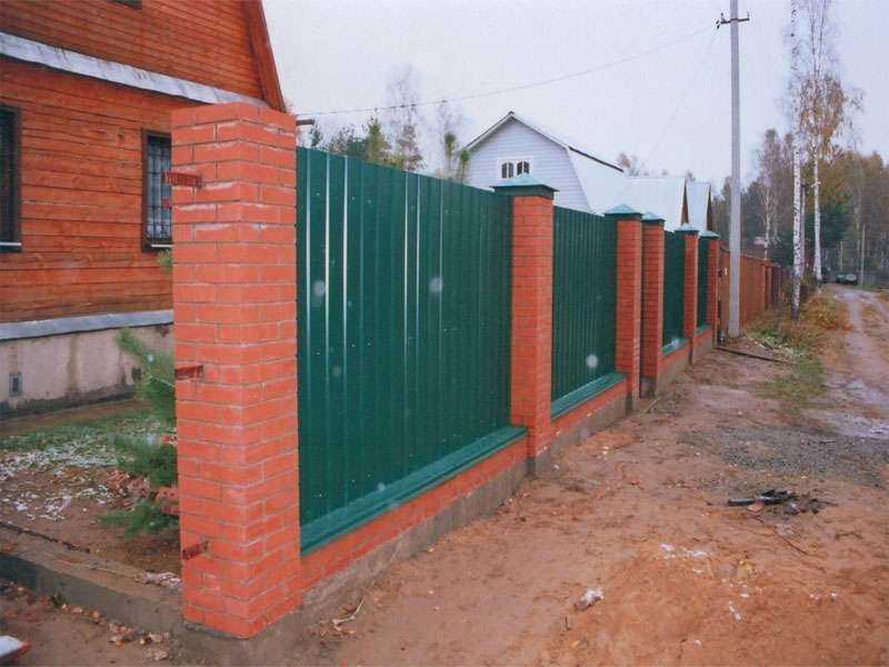 Самый популярный вариант - забор из профнастила с кирпичными столбами