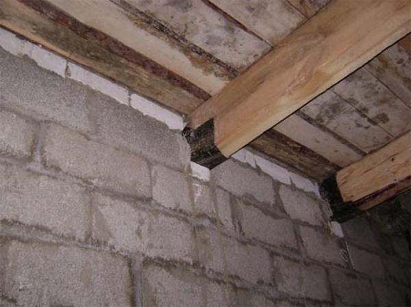 Крепление деревянной балки в каменной стене