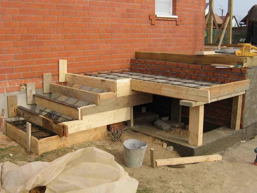 Заливка бетона в основу под крыльцо