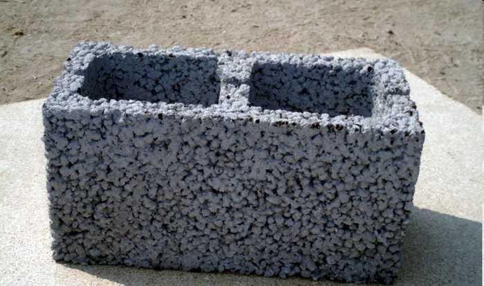 В крупнозернистом бетоне нет песка и фрагменты заполнителя соединены только в местах соприкосновения