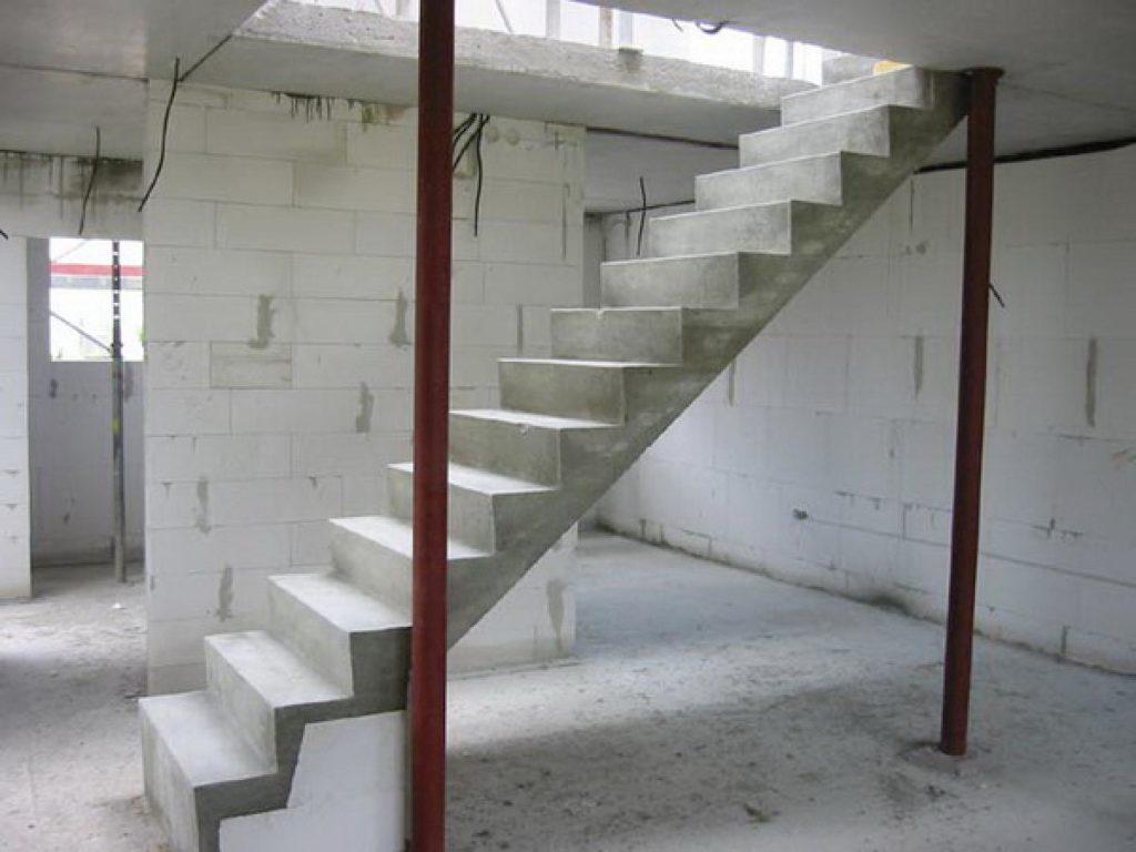 Одномаршевая бетонная лестница