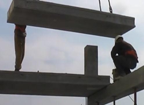 При укладке железобетонных плит перекрытия необходимо нанесение цементного раствора на стену.