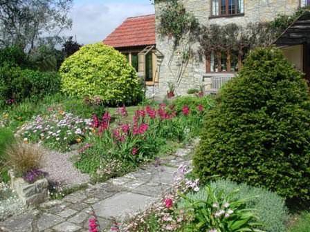 Иногда садовые дорожки на даче необходимо обновлять!