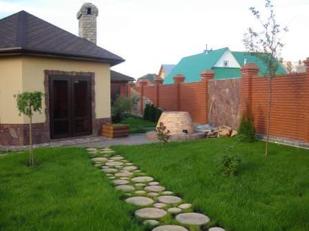 Если обновить газонную дорожку не представляется возможным, ее следует заменить, используя новый материал