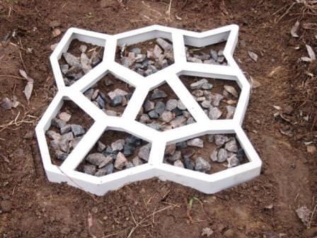 Для укладки новых дорожек на даче сегодня популярно использовать специальные формы