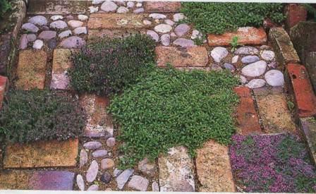 Работать с комбинированным материалом для укладки или реставрации садовых дорожек интересно и просто