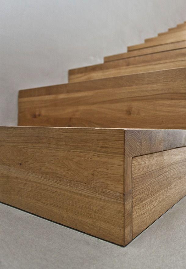 Обшитые деревом ступени бетонной лестницы