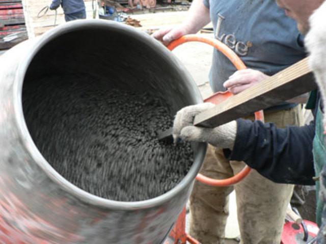 перемешивание смеси в бетономешалке
