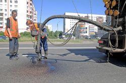 Процесс заливания битумом щебня