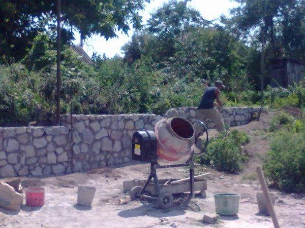 На фото - как замесить бетон в бетономешалке, mmmcentr.com/