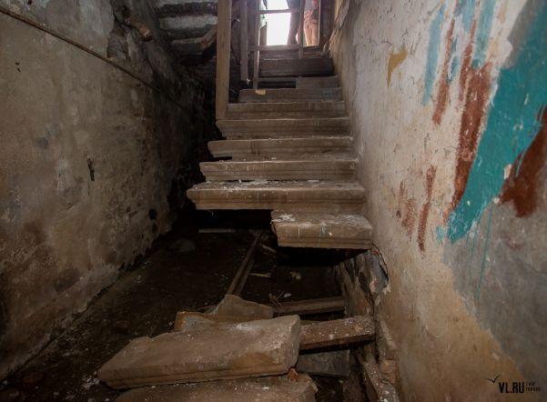 После тщательного осмотра составляется акт об обнаруженных дефектах и принимается решение о реставрации или сносе лестницы