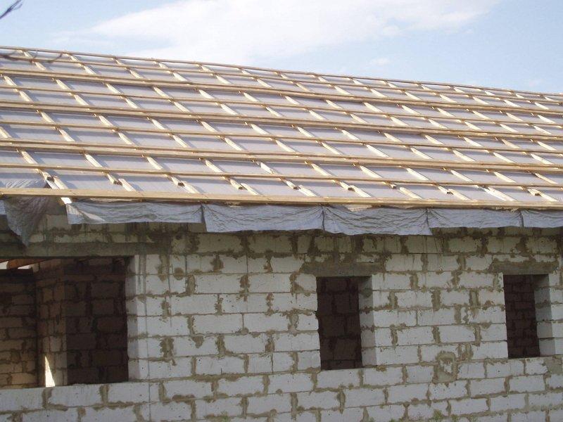 На фото - обрешетка крыши сарая из пеноблоков, realizedadream.ru