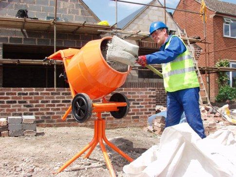 Приготовление цементного раствора в бетономешалке.