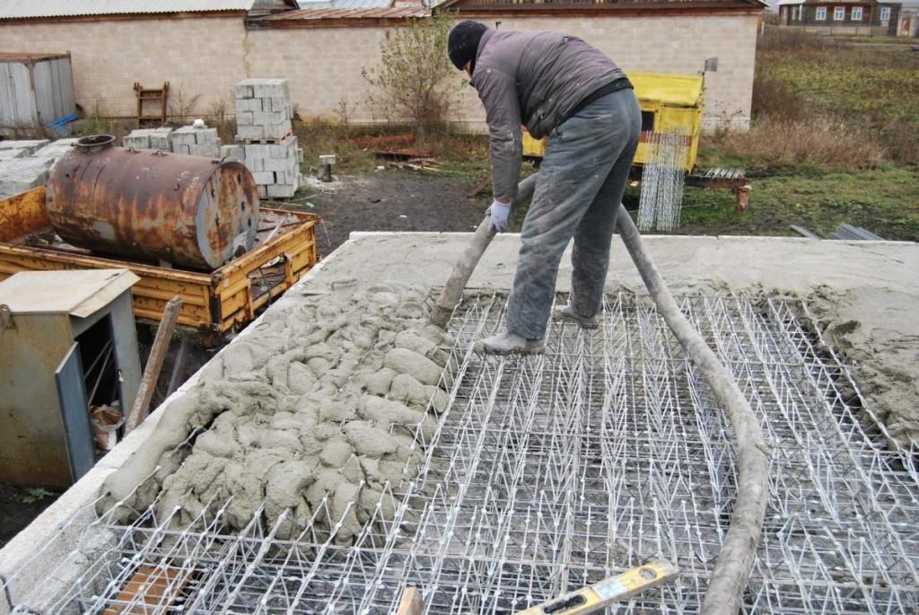 Заливка опалубки раствором бетона
