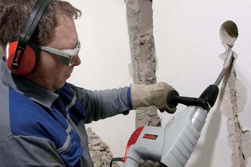 Штробление бетонной стены перфоратором