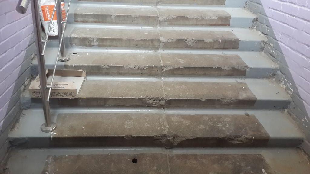 Сколы на ребрах бетонной лестницы