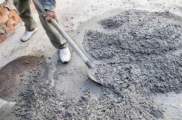 При небольших объемах бетон можно замешивать вручную