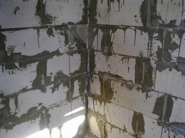 Дом из газобетона - трещины в углу здания невысоко от пола.