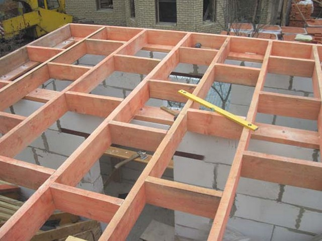 Вариант устройства несущих балок деревянного перекрытия.