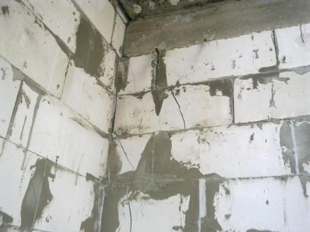 Дом из газобетона - трещины в углу здания уровня потолка первого этажа.