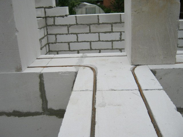 Пример армирования газоблочной кладки арматурными стержнями.