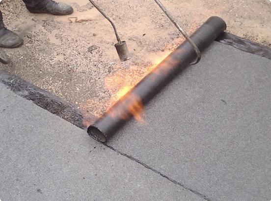 Настил бикроста производится при помощи горелки.