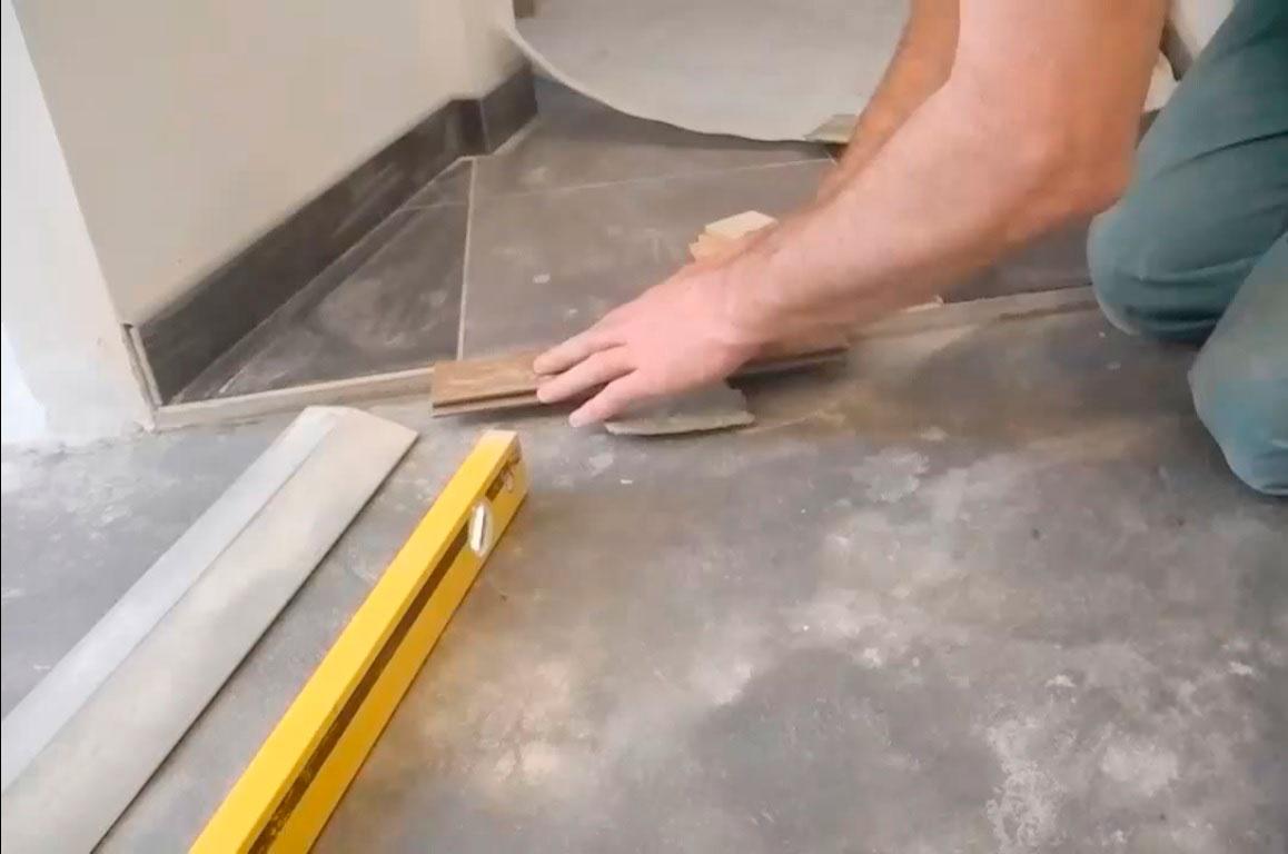 вариант применения выравнивания пола в ремонте дома