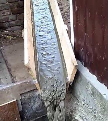 Подача бетонной смеси по лотку