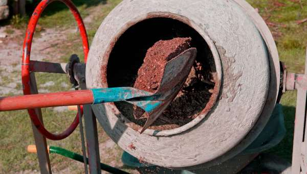Замес бетона в бетономешалке