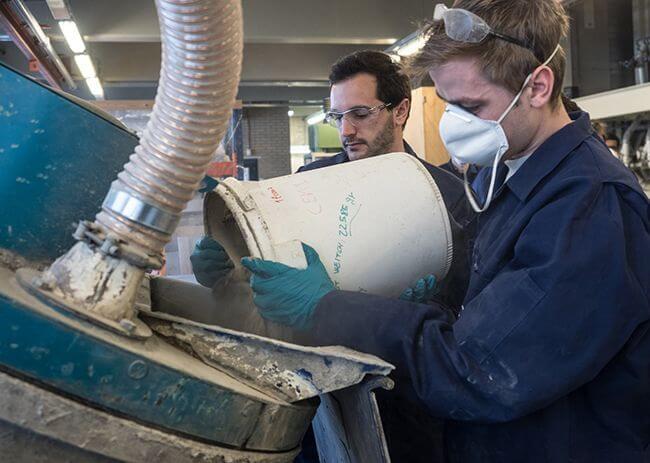 Компоненты можно перемешать в подходящей емкости или бетономешалке
