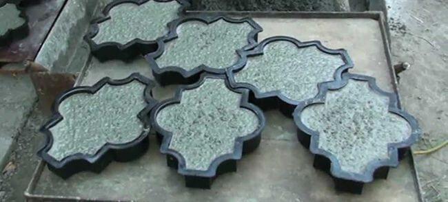 Заполняем формы, размещенные на вибростоле, готовой бетонной смесью