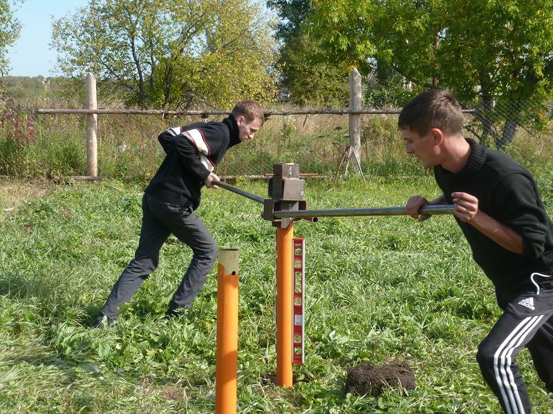 Сваи легко вкручиваются двумя людьми, а прибор проверяет его вертикальность