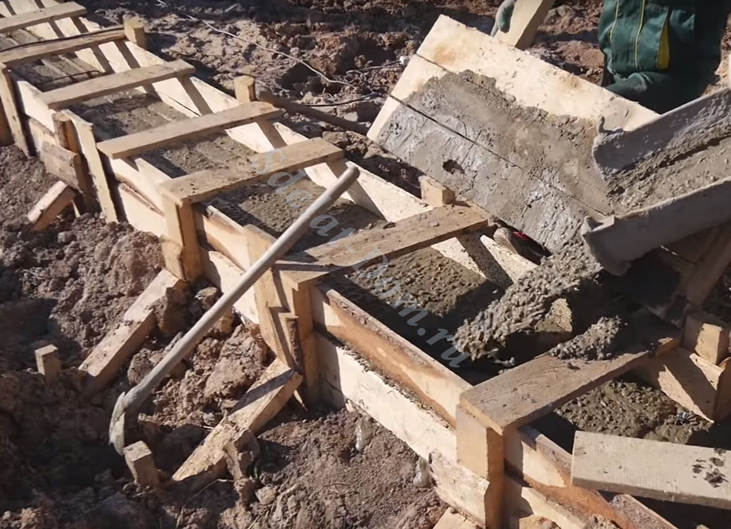 Помогаем лопатой и мастерком равномерно распределить бетон