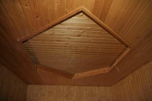 Двухуровневый потолок в деревянном доме