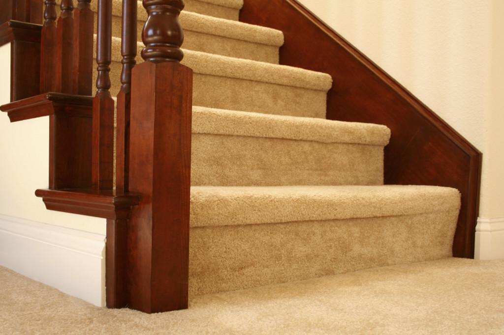 Отделка лестницы ковролином