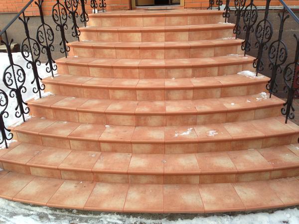 Керамическая плитка — один из наиболее популярных материалов отделки для входной бетонной лестницы