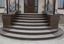 zakruglennyy-betonnyy-podemnik-otdelannyy-granitom