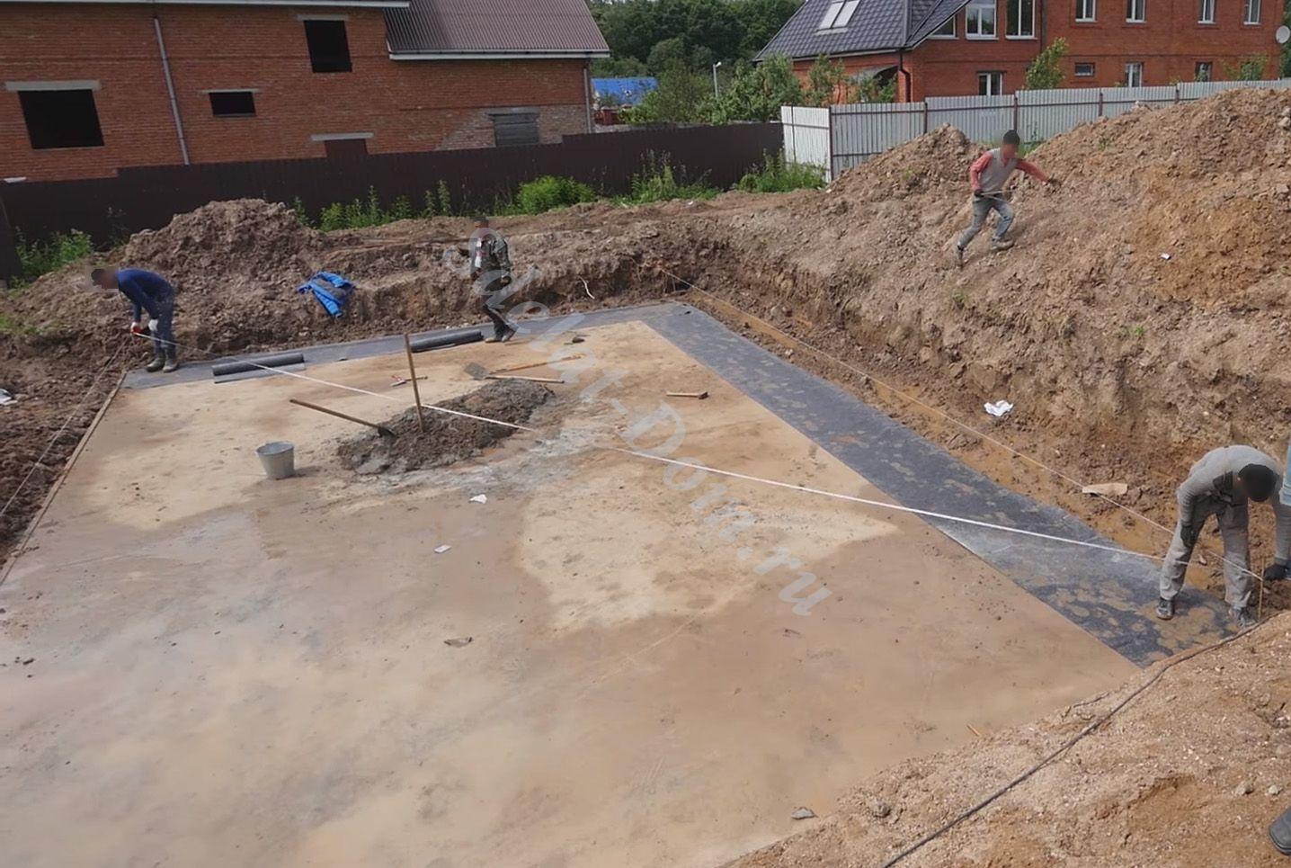 Подготавливаем поверхность: размечаем бечевкой линию блоков и подкладываем на основание гидроизоляцию
