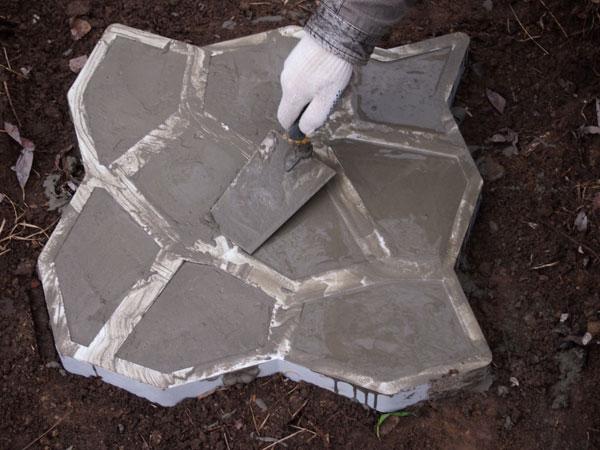 Утрамбовка бетона в форме