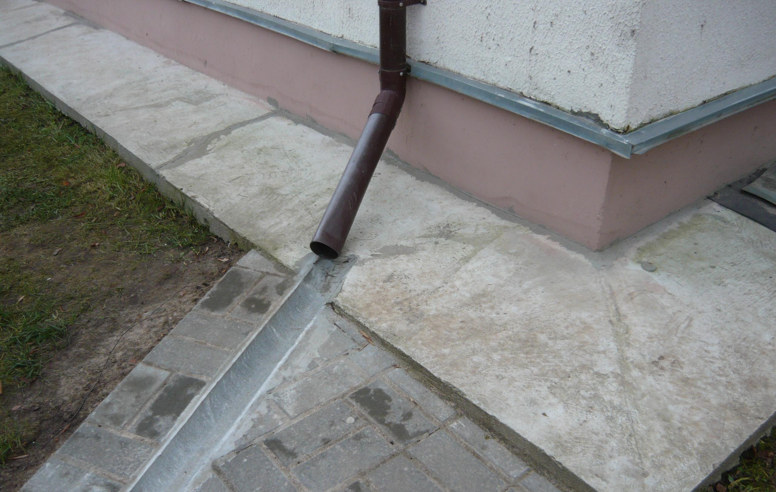 Простой способ организовать отвод воды от фундамента дома
