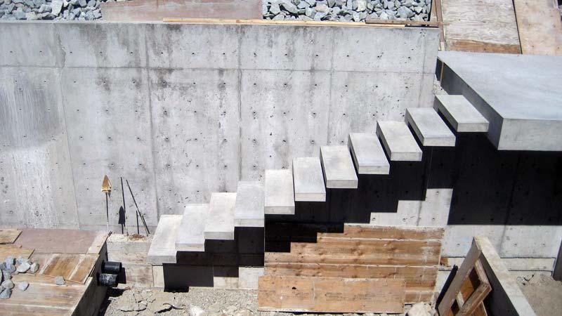 Бетонная сквозная лестница на металлическом каркасе