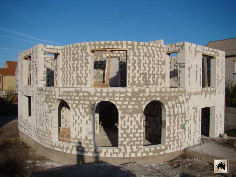 Газобетон легко обрабатывается, что позволяет строить дома сложной конфигурации