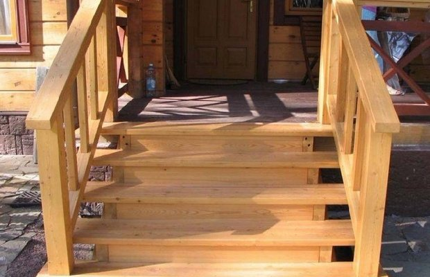 Деревянные ступеньки – облагородим лестницу из бетона